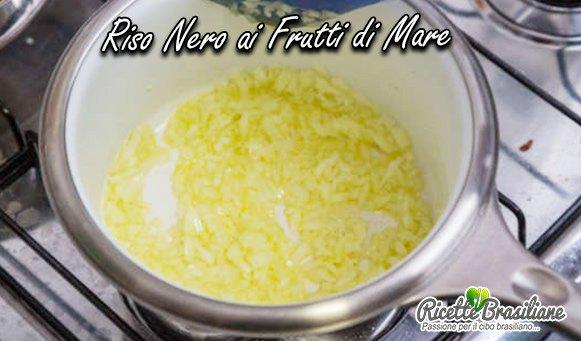 In una casseruola, aggiungere un filo di olio d'oliva a fuoco medio e rosolare la cipolla tritata per circa 1 minuto o fino a quando non sarà leggermente dorata