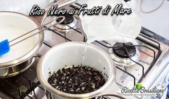Aggiungere il riso e 1 litro d'acqua. Aggiustate di sale e fate cuocere a fuoco medio per circa 30 minuti, con la padella semiaperta o finché non ci sarà piu l'aqua.