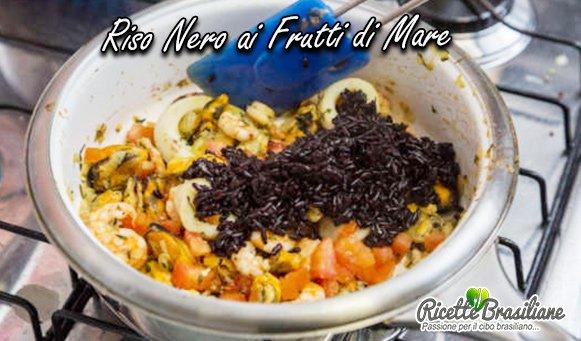 Separare metà del pesce e metterlo da parte. Aggiungere il riso e metà dei pomodori e il resto dei frutti di mare rimasti nella padella. Mescolare delicatamente fino quando vengono mischiati bene tutti gli ingredienti;